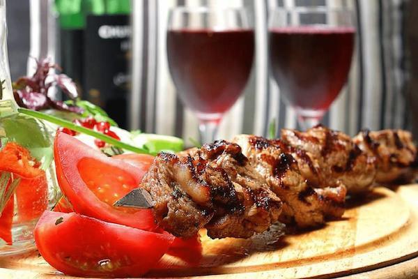 Для дачников на самоизоляции: подбираем вино #Aliantavin  к шашлыкам и грилю