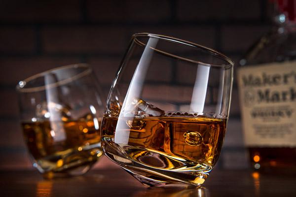 wobbling-whiskey-glasses-table1544725943